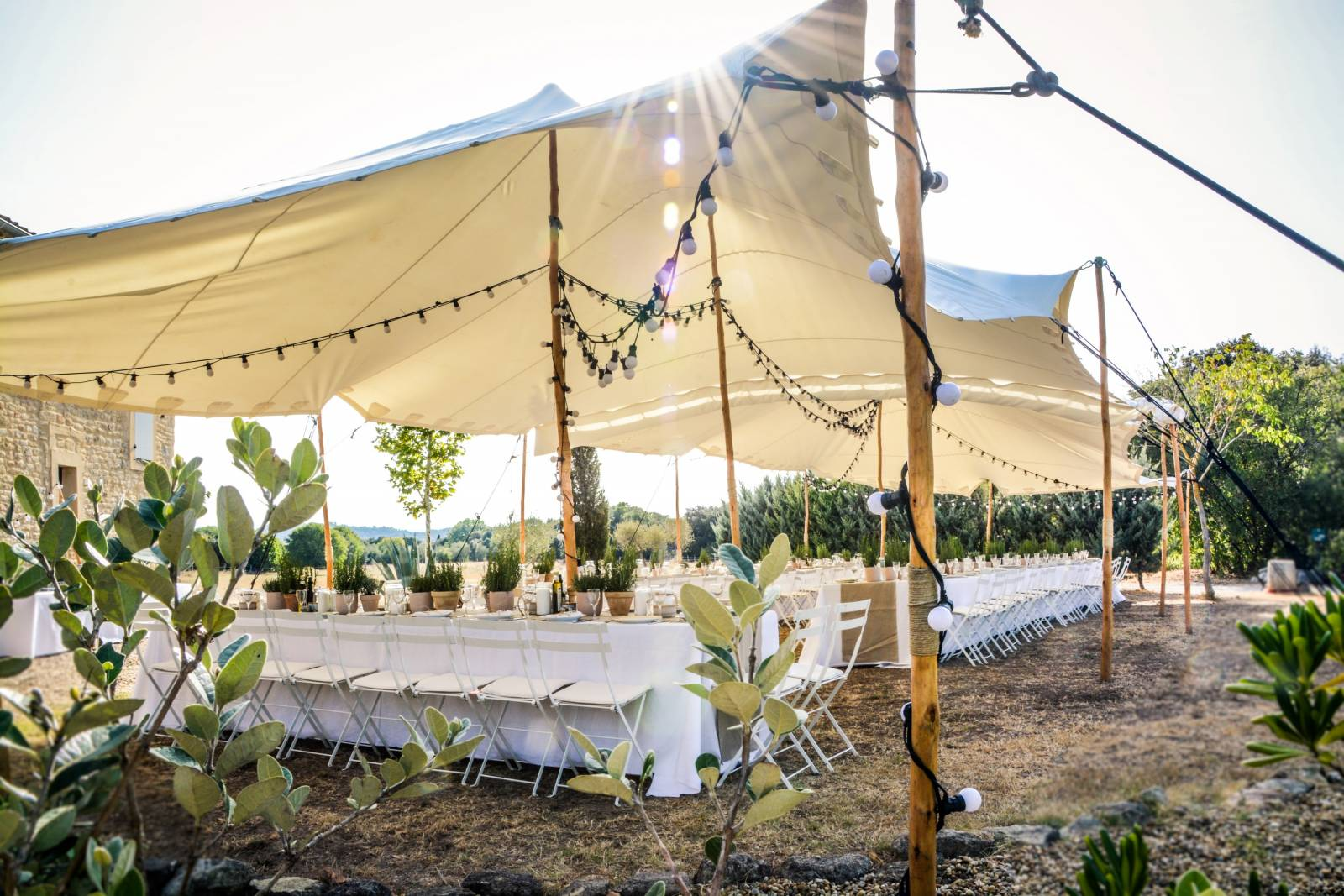 huwelijk frankrijk provence tent ceremonie decoratie bloemen (12)