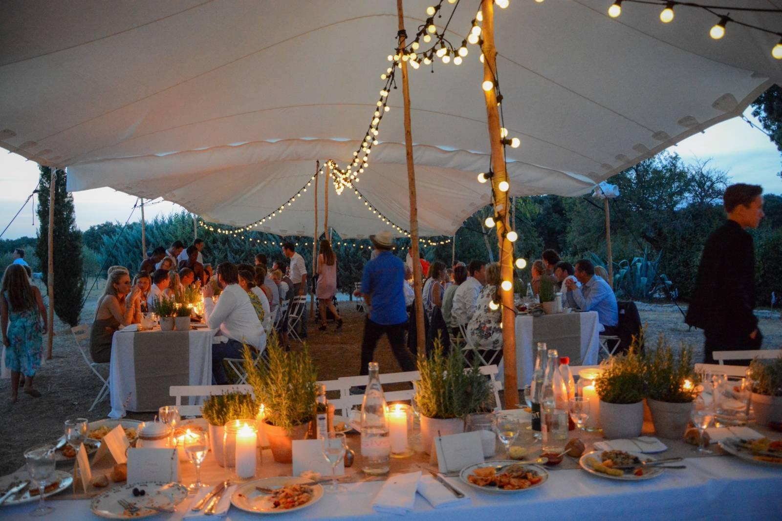 huwelijk frankrijk provence tent ceremonie decoratie bloemen (16)