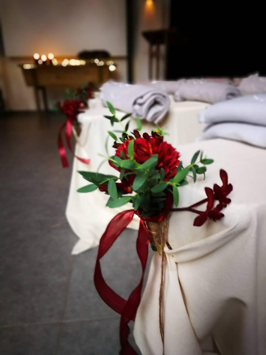 trouwfeest vintage gezellig cafe local rode bloemen (13)