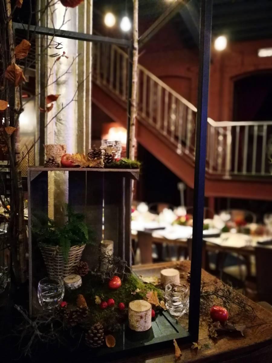 trouwfeest vintage gezellig cafe local rode bloemen (19)