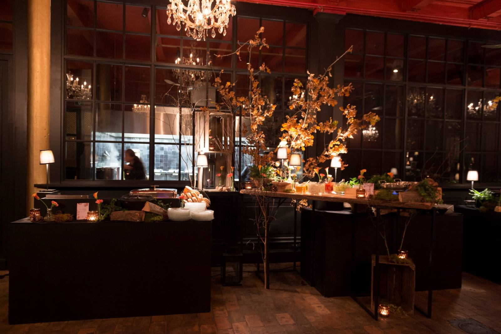 trouwfeest vintage gezellig cafe local rode bloemen (6)